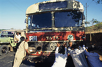 "S?dasien Asien Indien IND .TATA Bus wird angeschoben -  Verkehr Transport reisen Reise Bus fahren  Kontrast Inder indisch Strasse Strassen Infrastruktur Panne xagndaz | .South Asia India .TATA bus  - transport traffic road .| [ copyright (c) Joerg Boethling / agenda , Veroeffentlichung nur gegen Honorar und Belegexemplar an / publication only with royalties and copy to:  agenda PG   Rothestr. 66   Germany D-22765 Hamburg   ph. ++49 40 391 907 14   e-mail: boethling@agenda-fototext.de   www.agenda-fototext.de   Bank: Hamburger Sparkasse  BLZ 200 505 50  Kto. 1281 120 178   IBAN: DE96 2005 0550 1281 1201 78   BIC: ""HASPDEHH"" ,  WEITERE MOTIVE ZU DIESEM THEMA SIND VORHANDEN!! MORE PICTURES ON THIS SUBJECT AVAILABLE!! INDIA PHOTO ARCHIVE: http://www.visualindia.net ] [#0,26,121#]"
