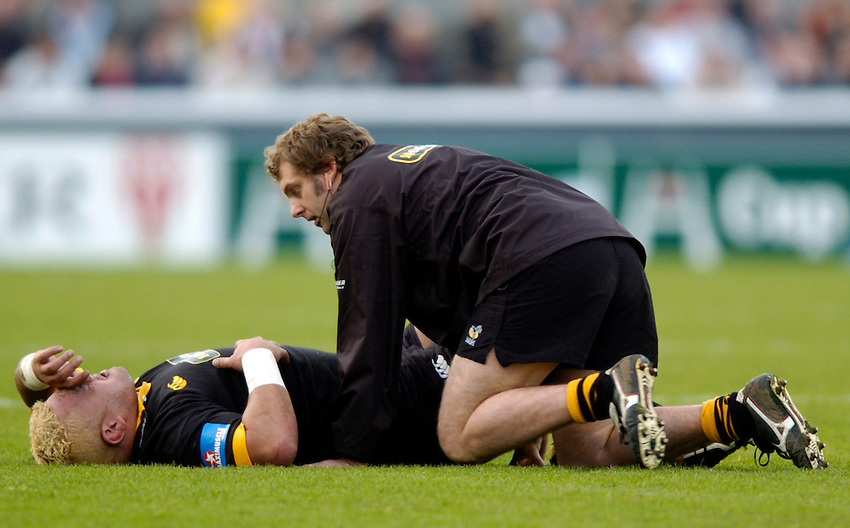 Photo: Richard Lane..Biarritz Olympique v London Wasps. Heineken Cup. 15/01/2005..Trevor Leota receives treatment.