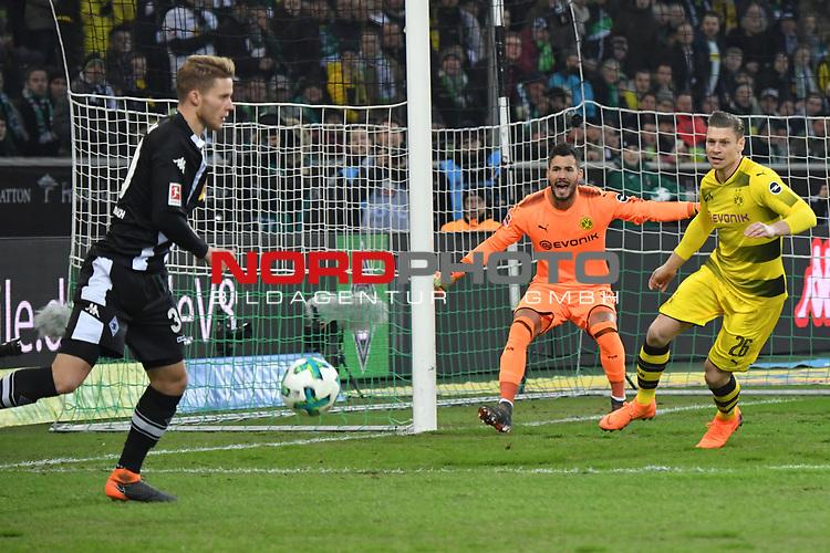 18.02.2018, Borussia Park, M&ouml;nchengladbach, GER, 1. FBL., Borussia M&ouml;nchengladbach vs. Borussia Dortmund<br /> <br /> im Bild / picture shows: <br /> enge Situation im Dortmunder Strafraum li Nico Elvedi (Gladbach #30),  gegen Lukasz Piszczek (Borussia Dortmund #26),  und mitte Roman Buerkj Torhueter (Borussia Dortmund #38), <br /> <br /> Foto &copy; nordphoto / Meuter