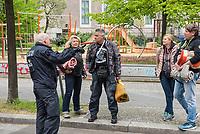 """Auf und rund um den Rosa-Luxemburg-Platz in Berlin-Mitte haben am Samstag den 25. April 2020 mehrere hundert Menschen gegen die Einschraenkungen im Zuge der Massnahmen zur Eindaeemung der Covid-19-Pandemie protestiert. Rechtsextremisten, Hooligans, Antisemiten, Verschwoerungstheoretiker und AfD-Politiker hatten zu einer sogenannten """"Hygiene-Demo"""" versammelt. Vereinzelt protestierten Menschen am Rande gegen diese Demonstration.<br /> Die Polizei war mit mehreren hundert Beamten im Einsatz und nahm mehr als 100 Personen fest.<br /> Im Bild: Ein Polizeibeamter spricht mit einer Gruppe Demonstranten.<br /> 25.4.2020, Berlin<br /> Copyright: Christian-Ditsch.de<br /> [NUR FUER REDAKTIONELLE ZWECKE! Werbung nur auf Anfrage beim Fotografen. Inhaltsveraendernde Manipulation des Fotos nur nach ausdruecklicher Genehmigung des Fotografen. Vereinbarungen ueber Abtretung von Persoenlichkeitsrechten/Model Release der abgebildeten Person/Personen liegen nicht vor. NO MODEL RELEASE! Don't publish without copyright Christian-Ditsch.de, Veroeffentlichung nur mit Fotografennennung, sowie gegen Honorar, MwSt. und Beleg. Konto: I N G - D i B a, IBAN DE58500105175400192269, BIC INGDDEFFXXX, Kontakt: post@christian-ditsch.de<br /> Bei der Bearbeitung der Dateiinformationen darf die Urheberkennzeichnung in den EXIF- und  IPTC-Daten nicht entfernt werden, diese sind in digitalen Medien nach §95c UrhG rechtlich geschuetzt. Der Urhebervermerk wird gemaess §13 UrhG verlangt.]"""