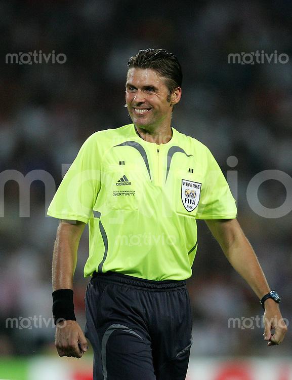 Fussball WM 2006  Achtefinale  Spiel 56 Spanien - Frankreich Spain - France  Schiedsrichter Roberto ROSETTI (ITA) gut gelaunt, lachend.