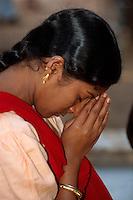 Indien, Orissa,  Hirapur bei Bhubaneswar, betende Frau im Shiva Tempel