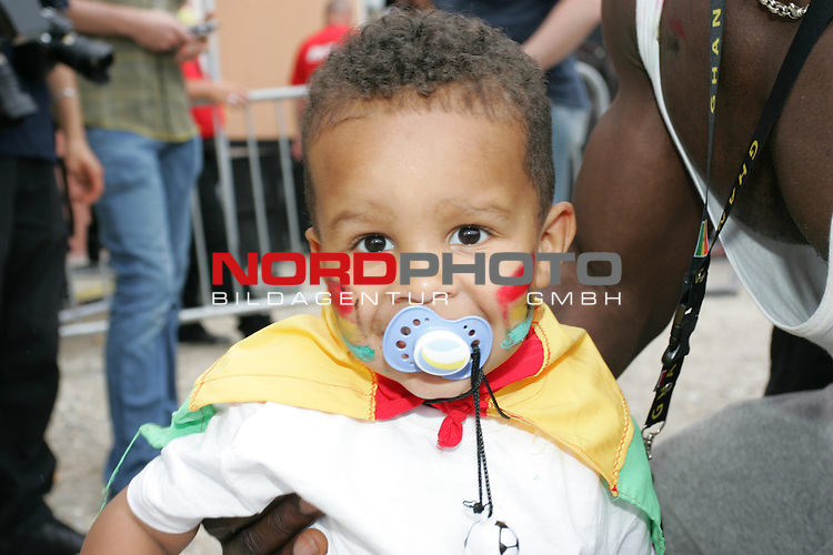 FIFA WM 2006 -  Fan Meile Nuernberg<br /> <br /> USA - Ghana<br /> <br /> Kleiner Ghana Fan mit Ghanaflagge und Ghanabemalung.<br /> <br /> Foto: nordphoto