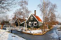 Huizen in Zaanse Schans in de sneeuw
