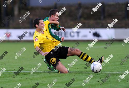 2012-10-28 / Voetbal / seizoen 2012-2013 / Berchem Sport - Wetteren / Jelle De Wilde (Berchem) in duel met Ruben Thybaert (achter)..Foto: Mpics.be