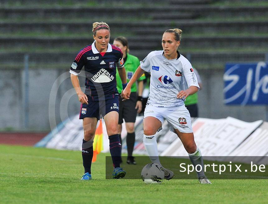 Football Club Feminin Juvisy Essonne - Olympique Lyon :.Janice Cayman aan de bal voor Sonia Bompastor.foto DAVID CATRY / JOKE VUYLSTEKE / Vrouwenteam.be