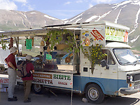 Italien, Umbrien, Castelluccio: Bergdorf in den Sibillinischen Bergen - Laden auf Raedern | Italy, Umbria, Castelluccio: mountain village at the Sibillini mountains - mobil shop