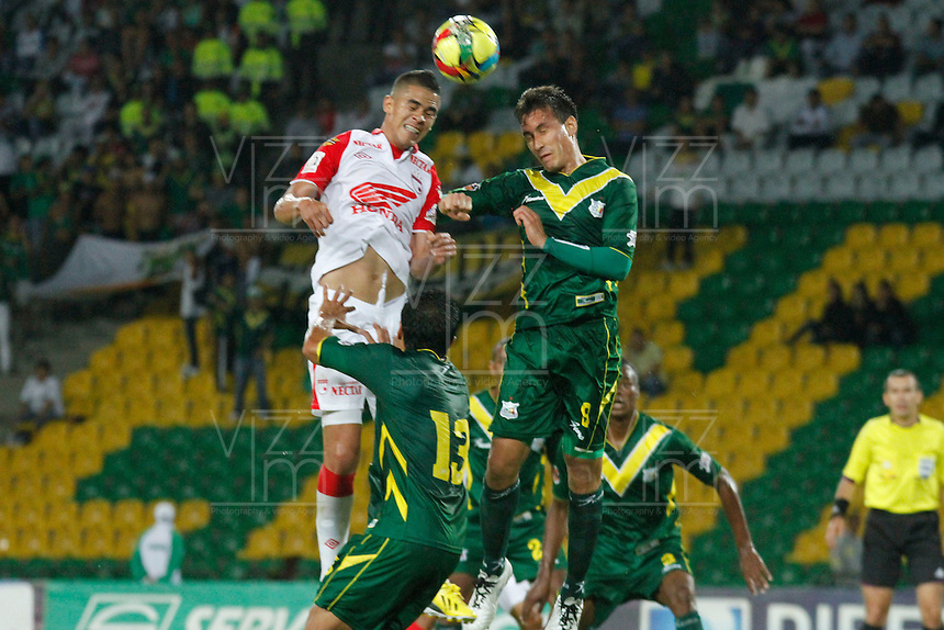 MANIZALES -COLOMBIA, 17-08-2013. William Tesillo (D) de Quindio disputa el balón con Juan Daniel Roa (I) de Santa Fe durante partido de la fecha 4 de la Liga Postobón II 2013 jugado en el  Estadio Palogrande ciudad Manizales./ Quindio William Tesillo  (R) fights for the ball with Santa Fe Juan Daniel Roa (L) during match on the 4th date of the Postobon League II 2013 at Palogrande stadium in  Manizales city. Photo: VizzorImage/Yonboni/STR