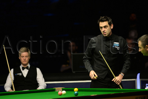 21.02.2016. Cardiff Arena, Cardiff, Wales. Bet Victor Welsh Open Snooker final.  Ronnie O'Sullivan versus Neil Robertson. Ronnie O'Sullivan looks at his options.