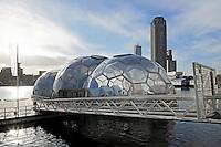 Rotterdam- In de Rotterdamse Rijnhaven ligt het Drijvend Paviljoen. Dit opvallende bouwwerk is een complex van drie drijvende halve bollen en is in zijn geheel verplaatsbaar. De eerste vijf jaar zal het futuristische paviljoen in de Rijnhaven zijn aangemeerd en dienstdoen als expositie- en ontvangstruimte. Het drijvend paviljoen is niet alleen bijzonder door de drijvende bollen op het water, maar ook klimaatbestendig, innovatief, duurzaam en flexibel. Het drijvend paviljoen is een pilot en katalysator voor drijvend bouwen in Rotterdam. Het ligt tot 2015 in de Rijnhaven: daarna wordt het versleept naar een ander deel van Stadshavens.