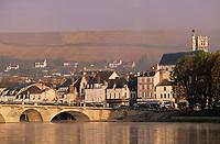 Europe/France/89/Yonne/Joigny: Brumes matinales sur la vallée de l'Yonne, le pont, l'église Saint Thibault, les maisons du village et le vignoble de la Côte Saint Jacques