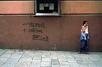 """genova luglio 2001, proteste contro il g8. scritta sul muro: """"meno padroni, più svarioni"""" --- genoa july 2001, protests against g8 summit. writing on the wall: """"less bosses, more blunders"""""""