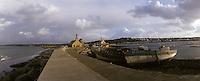 Europe/France/Bretagne/29/Finistère/Camaret: Bateaux et église sur la jetée
