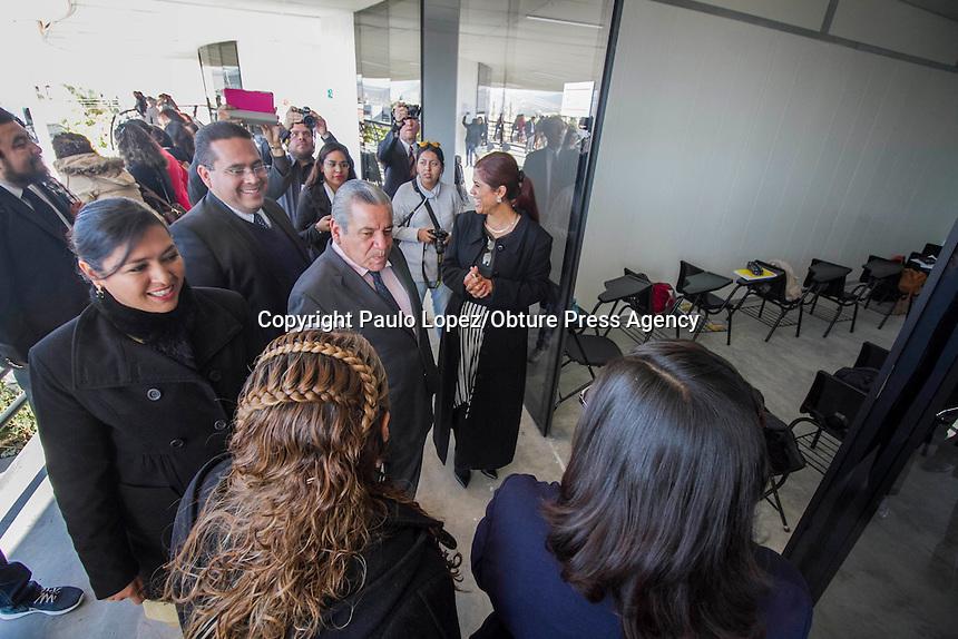 SAN JUAN DEL RIO., 28 DE ENERO DEL 2017.- SE INAGURA UNA NUEVA UNIVERSIDAD EN SAN JUAN DEL RIO, QRO. CON LA PRESENCIA DE VARIOS REGIDORES DE ESTE MUNICIPIO Y CON EL SECRETARIO DE EDUCACION ALFREDO BOTELLO.<br /> <br /> AL TERMINO DEL PROTOCOLO SE LOS INVITADOS DE HONOR SE DISPUSIERON A DEVELAR LA PLACA COMEMORATIVA DE LA UNIVERSIDAD METROPOLITANA CAMPUS SAN JUAN.