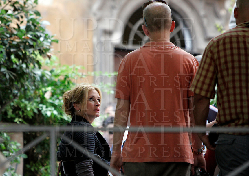"L'attrice statunitense Julia Roberts sul set del film ""Mangia, Prega, Ama"", a Roma, 27 agosto 2009..U.S. actress Julia Roberts is seen during the shooting of the movie ""Eat, Pray, Love"", in downtown Rome, 27 August 2009..UPDATE IMAGES PRESS/Riccardo De Luca"