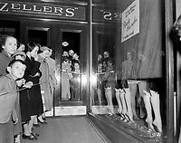 Vente de bas nylon <br /> 23 octobre 1953 au Zellers de la  rue St-Jean a Quebec <br /> <br /> Photographe : Photo Moderne