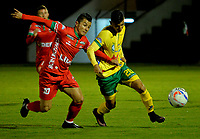 TUNJA -COLOMBIA, 07-07-2017: Edson Omar Vasquez (Izq) jugador de Patriotas FC disputa el balón con Ronaldo Tavera (Der) jugador de Atletico Huila durante partido por la fecha 1 de la Liga Águila II 2017 realizado en el estadio La Independencia en Tunja. / Edson Omar Vasquez (L) player of Patriotas FC fights for the ball with Ronaldo Tavera (R) player of Atletico Huila during match for the date 1 of Aguila League II 2017 at La Independencia stadium in Tunja. Photo: VizzorImage / Javier Morales  / Cont
