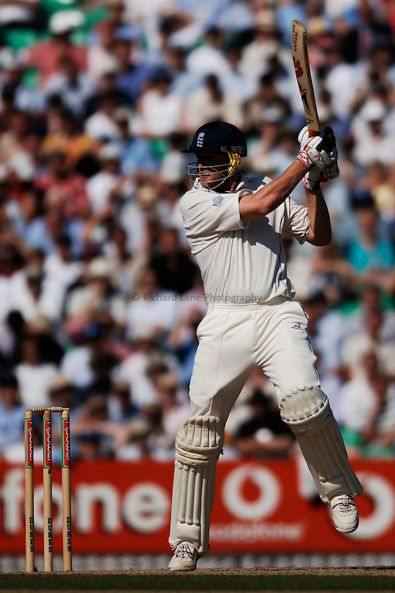 Photo: Glyn Thomas..England v Australia. nPower Test Series. The Ashes 2005..08/09/2005..England's Andrew Flintoff hits out.
