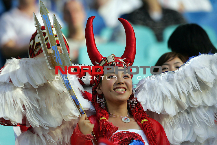 FIFA WM 2006 -  Gruppe D  Vorrunde ( Group D )<br /> Play   #29 (18-Jun) - Frankreich - Korea<br /> <br /> Weiblicher Fan von Korea als Engel und Teufel verkleidet.<br /> <br /> Foto &copy; nordphoto