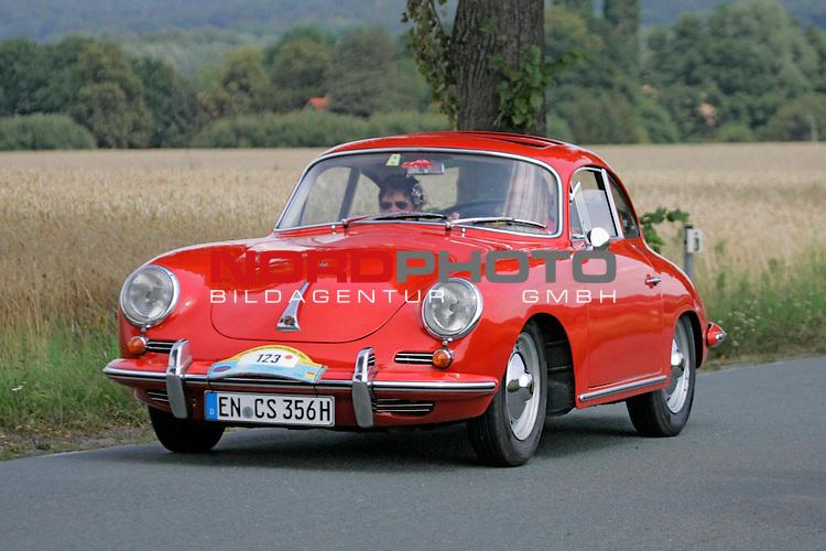 Von der ADAC - Niedersachsen- Classic 2007. Hier Porsche 356B Bj. 1962 - auf der L444 zwischen Bad Nenndorf/Reinsen und Stadthagen am 21.07.2007. Foto: Fritz Rust v. Graevemeyer Weg 38A 30539 Hannover.PostBk. Han.35420-306.Tel.0511/527945. FA.Han-Mitte24/307/04307.