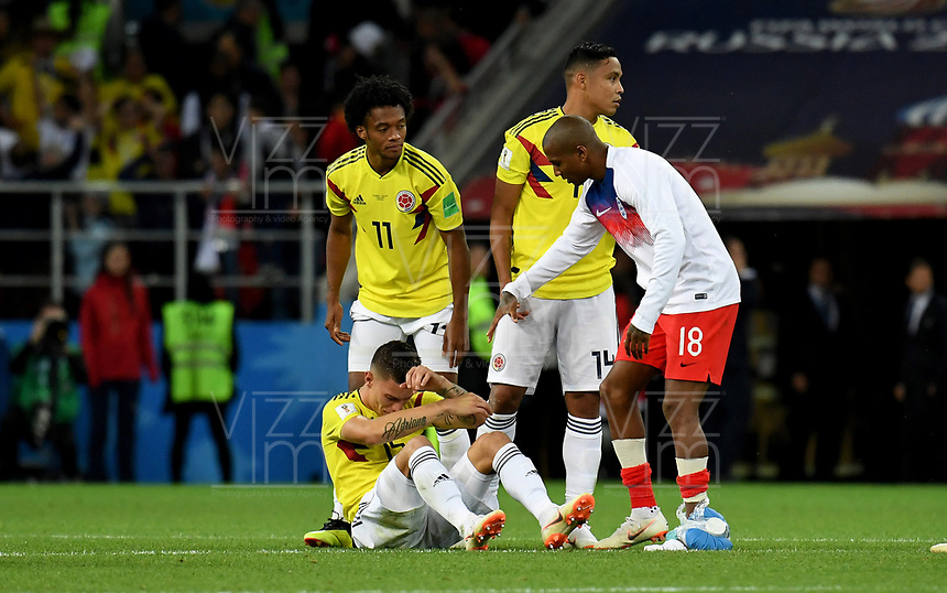 MOSCU - RUSIA, 03-07-2018: Ashley YOUNG de Inglaterra consuela a Mateus URIBE de  Colombiaquien luce decepcionado después del partido de octavos de final entre Colombia y Inglaterra por la Copa Mundial de la FIFA Rusia 2018 jugado en el estadio del Spartak en Moscú, Rusia. / Ashley YOUNG player of England condoles to Mateus URIBE player of Colombia who looks disappointed after the match between Colombia and England of the round of 16 for the FIFA World Cup Russia 2018 played at Spartak stadium in Moscow, Russia. Photo: VizzorImage / Julian Medina / Cont