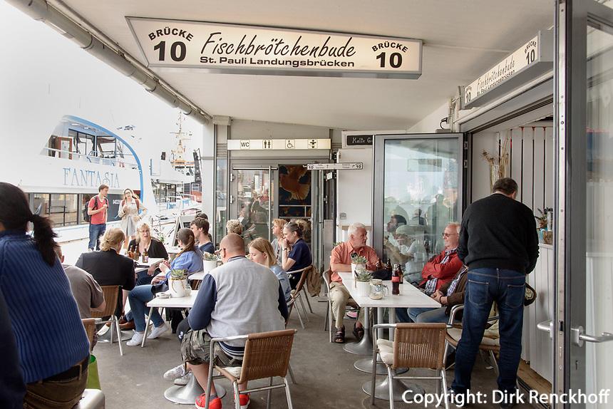 Fischbr&ouml;tchenbude Br&uuml;cke 10, Landungsbr&uuml;cken, Hamburg-St. Pauli, Deutschland, Europa<br /> Fsih roll foodstall  Br&uuml;cke 10, Landungsbr&uuml;cken, Hamburg-St. Pauli, Germany, Europe