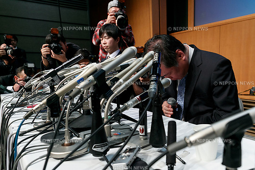 Yoichiro Shinozaki, President of Harenohi company, bows during a news conference on January 26, 2018, Yokohama, Japan. Shinozaki answered questions from reporters and apologized after the kimono rental company had caused more than JPY200 million damages to customers who couldn't dress up for this year's Coming-of-Age Day ceremony. (Photo by Rodrigo Reyes Marin/AFLO)