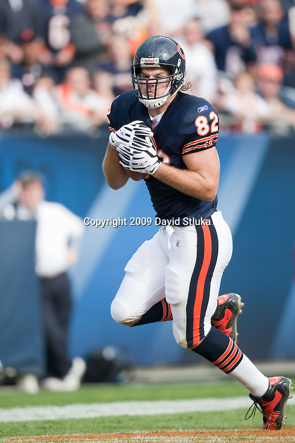 Chicago Bears tight end Greg Olsen (82) catches a touchdown pass during an NFL football game against the Arizona Cardinals at Soldier Field in Chicago, Illinois on November 8, 2009. The Cardinals won 41-21. (AP Photo/David Stluka)