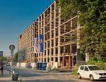 Kraków, 2018-08-29. Budowa luksusowego akademika na terenach dawnej fabryki Telpod przy ulicy Romanowiczana Zabłociu.Zaniedbanej do niedawna prawobrzeżnej dzielnicy Krakowa, aktualnie jeden z najbardziej dynamicznie rozwijających się obszarów Krakowa. Rewitalizacja i rosnący prestiż tego miejsca, powoduje, że Zabłocie stało się atrakcyjnym terenem dla deweloperów, inwestorów, mieszkańców jak również dla ludzi kultury i sztuki.Powstają tu modne restauracje i puby a mieszkańcy Krakowa coraz częściej wybierają Zabłocie jako miejsce zamieszkania i wypoczynku zamiast ciasnego Starego Miasta i Kazimierza.