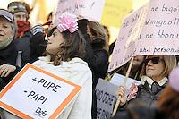 """Roma, 8 Marzo 2011. Scalinata del Campidoglio, flash mob con oche di cartone.Manifestazione """"se non ora quando?""""per la dignità delle donne.Sveglia si starnazza tutte! è lo slogan delle donne in piazza. Nel cartello: più pupe, meno papi"""