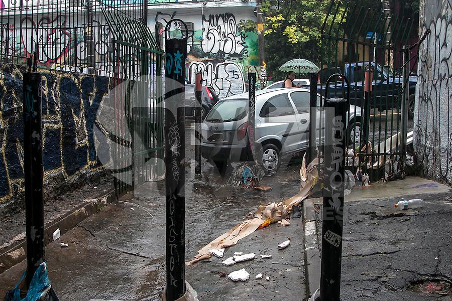 """SÃO PAULO, SP, 19.12.2014 - FORTE CHUVA ATINGE O BAIRRO DA VILA MADALENA - Carro danificado próximo ao """"beco do batman"""", na Vila Madalena, devido a enxurrada provocada pelas fortes chuvas na região. Uma forte chuva atingiu a região da Rua Harmonia, local onde fica o """"beco do batman, no bairro da Vila Madalena. O local é conhecido pelo histórico de enchentes, na tarde desta sexta - feira (19), na zona oeste de São Paulo. (Foto: Taba Benedicto/ Brazil Photo Press)"""