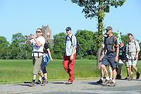 ALGEMEEN: FRYSLAN: 31-05-2014, Elfstedenwandeltocht, laatste traject van de 209 km, Dokkum - Leeuwarden, ©foto Martin de Jong