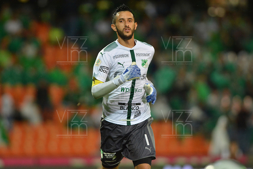MEDELLIN - COLOMBIA, 19-05-2019: Camilo Vargas arquero del Cali en acción durante partido por la fecha 3, cuadrangulares semifinales, de la Liga Águila I 2019 entre Atletico Nacional y Deportivo Cali jugado en el estadio Atanasio Girardot de la ciudad de Medellín. / Camilo Vargas goalkeeper of Cali in action during match between Atletico Nacional and Deportivo Cali for the date 3, semifinal quadrangulars, of the Liga Aguila I 2019 played at the Atanasio Girardot Stadium in Medellin city. Photo: VizzorImage / Leon Monsalve / Cont