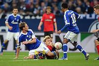 FUSSBALL   1. BUNDESLIGA   SAISON 2012/2013    29. SPIELTAG FC Schalke 04 - Bayer 04 Leverkusen                        13.04.2013 Simon Rolfes (Mitte, Bayer 04 Leverkusen) gegen Benedikt Hoewedes (li)und Raffael (re, beide FC Schalke 04)