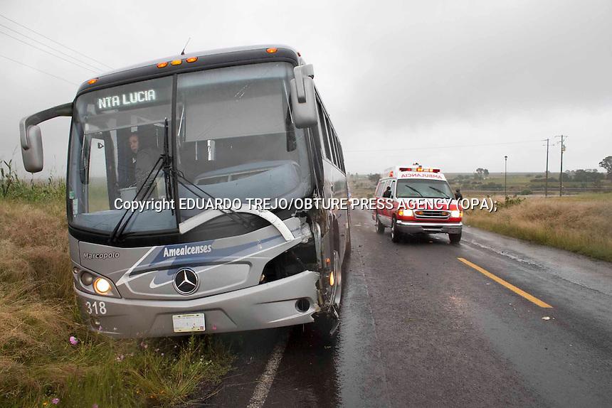 San Juan del R&iacute;o, Qro. 04 octubre 2014.- Un cami&oacute;n de pasajeros de la linea Amealcenses fue impactado de frente por un torton de la empresa ICA, sin que se presentaran lesionados.<br /> El autobus Mercedes Benz placas 356 HW8, proveniente de Amealco, circulaba sobre la carretera 300 a la altura de la comunidad de Santa Luc&iacute;a cuando fue golpeado por la grua instalada en la plataforma del cami&oacute;n tipo plataforma, marca International placas KZ27545, propiedad de la empresa ICA.<br /> Del fuerte golpe fue destrozada la esquina delantera izquierda del autobues Amealcense sin que se presentaran lesionados.<br /> Elementos de Protecci&oacute;n Civil Municipal y param&eacute;dicos de la Cruz Roja local, acudieron a prestar auxilio a las posibles v&iacute;ctimas sin que fueran necesarios sus servicios. Foto Eduardo Trejo/Obture Pres Agency