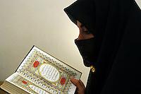 Donna Islamica legge il Corano. Islamic woman read the Koran....