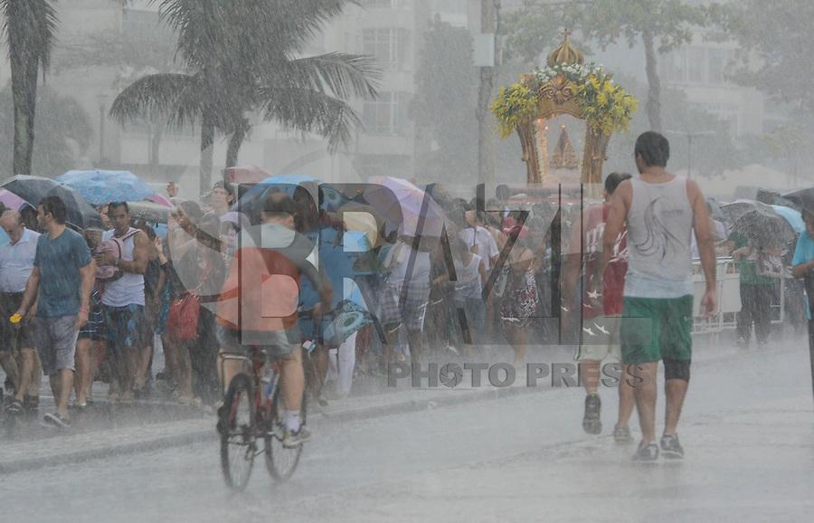 RIO DE JANEIRO, RJ, 05 AGOSTO 2012 -CIRIO DE NAZARE- Uma chuva muito  forte desabou sob procissao do Cirio de Nazare percorrendo a orla de Copacabana neste domingo, 05 de agosto, em Copacabana,zona sul do rio.(FOTO: MARCELO FONSECA / BRAZIL PHOTO PRESS).