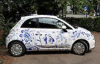 Delft- De Porceleyne Fles. Fabriek waar Delfts Blauw aardewerk wordt vervaardigd. Tevens een museum. Royal Delft. Een Delftblauwe auto staat bij de ingang