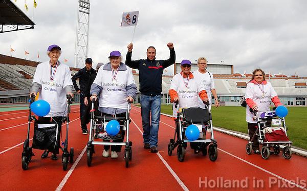Rollatorloop in het Olympisch Stadion in Amsterdam. Wandelevenement  voor ouderen met een rollator