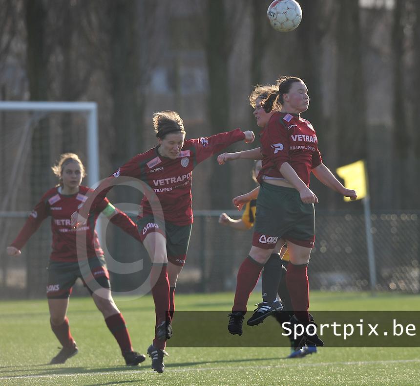 Dames Zulte Waregem - SK Lierse WD : luchtduel met onder andere Elien Ameye (midden) en Liselore Carlier.foto DAVID CATRY / Vrouwenteam.be