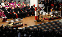 Le teche contenenti le spoglie di San Pio, a sinistra, e di San Leopoldo Mandic, vengono trasportate in Piazza San Pietro, Citta' del Vaticano, 5 febbraio 2016.<br /> The boxes containing the corpses of Saint Pio da Pietralcina, left, and Saint Leopoldo Mandic are carried in St. Peter's Square at the Vatican, 5 February 2016.<br /> UPDATE IMAGES PRESS/Isabella Bonotto<br /> <br /> STRICTLY ONLY FOR EDITORIAL USE