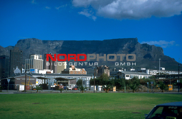 Fussball Weltmeisterschaft 2010  Suedafrika<br /> <br /> Das Wahrzeichen von Kapstadt ( Cape Town ) in Suedafrika  ist der 1000m hohe Tafelberg ( Table Mountain ). Er ist sehr selten ohne Wolken ( Haube ) zu sehen.<br /> <br /> Foto &copy; nph (  nordphoto  )<br />  *** Local Caption *** <br /> <br /> Fotos sind ohne vorherigen schriftliche Zustimmung ausschliesslich f&uuml;r redaktionelle Publikationszwecke zu verwenden.<br /> Auf Anfrage in hoeherer Qualitaet/Aufloesung