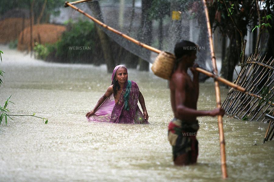 2004. Villagers try to fish in the floodwater in Munshiganj, a district about 20 Km from downtown in Dhaka. Des villageois essaient de pêcher dans les eaux de l'inondation à Munshiganj, un quartier à 20 Km du centre ville à Dacca.