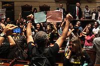 RIO DE JANEIRO, RJ, 26.09.2013 - PROFESSORES TOMAM O PLENÁRIO  DA CAMARA E INTERROMPEM SEÇÃO - Professores invadem e tomam o plenário da câmara dos vereadores interrompendo a seção que votaria o plano de cargo e salários do governo para os professores, nessa quinta feira 26. (Foto: Levy Ribeiro / Brazil Photo Press)