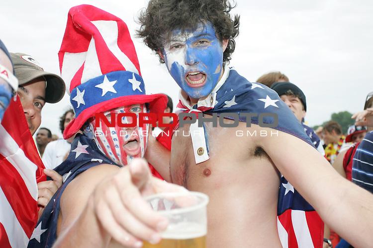 FIFA WM 2006 -  Fan Meile Nuernberg<br /> <br /> USA - Ghana<br /> <br /> Zwei USA Fans feiern am Volksfestplatz (im Gesicht mit USA Farben geschminkt)<br /> <br /> Foto: nordphoto