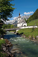 Deutschland, Bayern, Oberbayern, Berchtesgadener Land, Ramsau: Ramsauer Ache und Pfarrkirche St. Sebastian vor Reiter Alpe  | Germany, Bavaria, Upper Bavaria, Berchtesgadener Land, Ramsau: torrent Ramsauer Ache, parish church St. Sebastian and Reiter Alpe mountain
