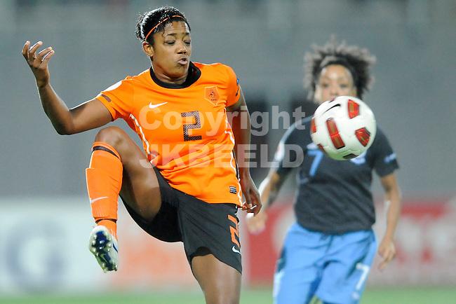 ZWOLLE - Voetbal,  Nederland - Engeland,  EK kwalificatie 2013 vrouwen, 27-10-2011 Dyanne Bito van nederland.