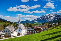 Oesterreich, Tirol, Fieberbrunn: im Tal der Fieberbrunner Ache gelegen, im Hintergrund die schneebedeckten Kitzbueheler Alpen mit Spielberghorn (2.044 m) | Austria, Tyrol, Fieberbrunn: at Fieberbrunn Ache Valley, at background Kitzbuehel Alps with summit Spielberghorn (2.044 m)
