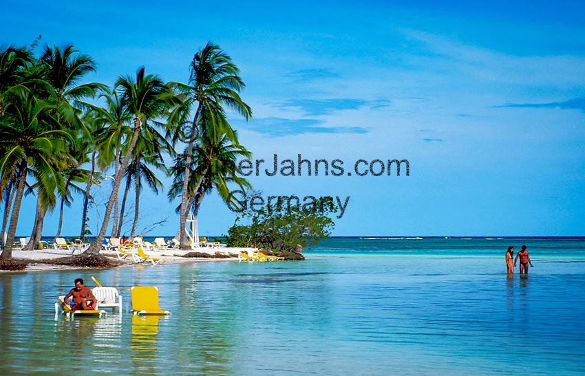 Dominikanische Republik, Punta Cana Beach Resort: Strand, Paar watet durchs Wasser   Dominican Republic, Punta Cana Beach Resort, beach, deck-chairs, couple standing in water