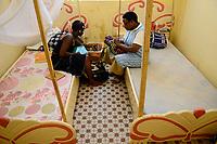 BURKINA FASO , Bobo Dioulasso, Good Shepherd Sisters / Die Schwestern vom Guten Hirten, Zentrum fuer Frauen und Maedchen, SR. BIBIAN THUGUCI aus Kenia, mit Maedchen AMINATA ( aus Cote d'Ivoire ) und Tochter AISHA